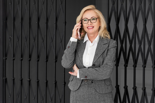 Mulher de negócios de alto ângulo