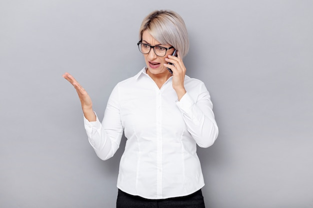 Mulher de negócios de baixo ângulo falando por telefone