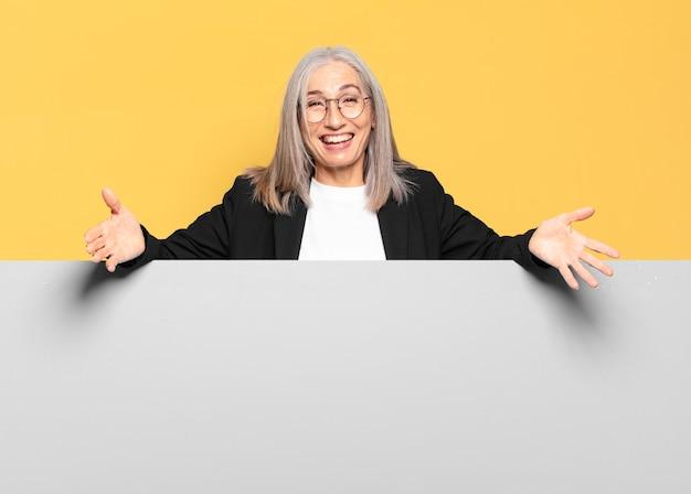 Mulher de negócios de cabelo grisalho bem sênior com espaço de cópia