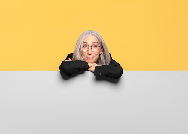 Mulher de negócios de cabelo grisalho sênior com uma faixa cinza
