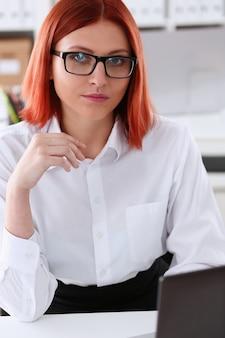 Mulher de negócios de cabelos vermelhos com óculos