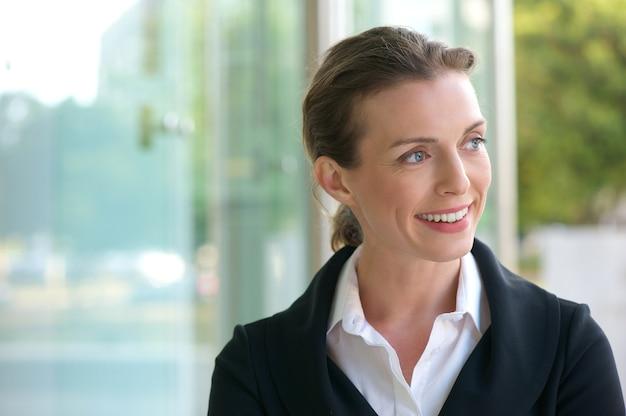 Mulher de negócios de carreira sorrindo
