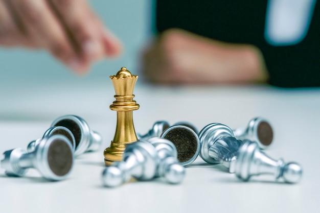 Mulher de negócios de fato joga xadrez. close-up de uma mão feminina em um conceito de negócio de competição de jogo de tabuleiro de xadrez de peão, foco seletivo em peças de xadrez, conceito de negócio de xadrez, líder e sucesso.