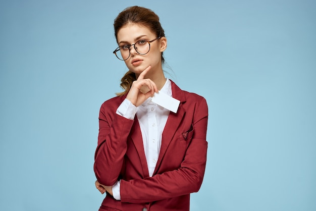 Mulher de negócios de jaqueta vermelha e óculos