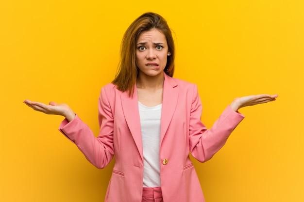 Mulher de negócios de moda jovem confusa e duvidosa, levantando o handshold.