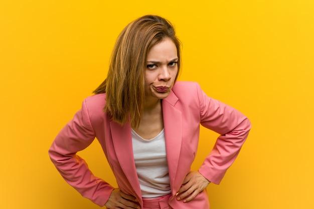 Mulher de negócios de moda jovem repreendendo alguém muito zangado.