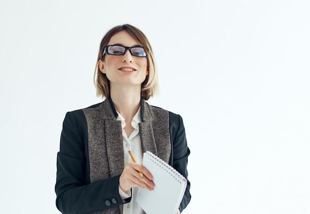 Mulher de negócios de óculos com bloco de notas e escritório de documentos