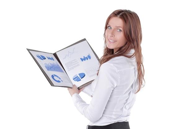 Mulher de negócios de perto verifica gráficos financeiros isolados no branco