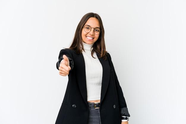 Mulher de negócios de raça mista jovem isolada no branco, sorrindo e levantando o polegar