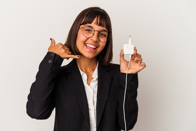 Mulher de negócios de raça mista jovem segurando um carregador de telefone isolado no fundo branco, cobrindo as orelhas com as mãos.