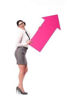 Mulher de negócios de sucesso com sinal de seta