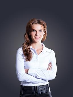 Mulher de negócios de sucesso em fundo escuro