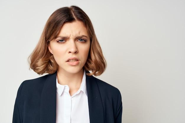 Mulher de negócios de terno trabalha gerente oficial de autoconfiança