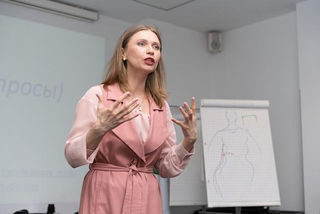 Mulher de negócios de treinamento de negócios realiza uma palestra