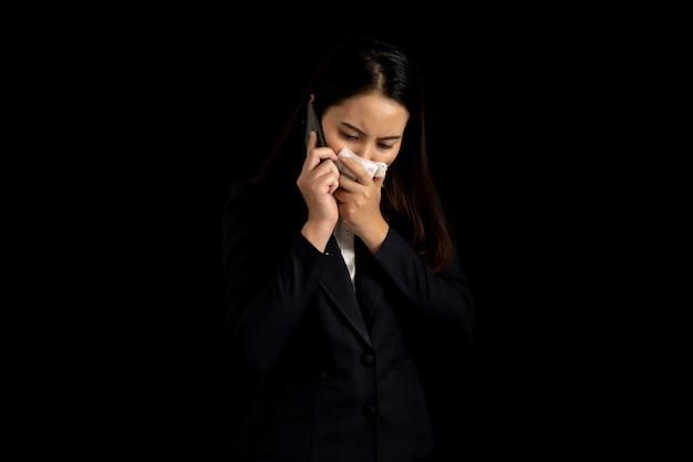 Mulher de negócios de um sentimento doente e espirros