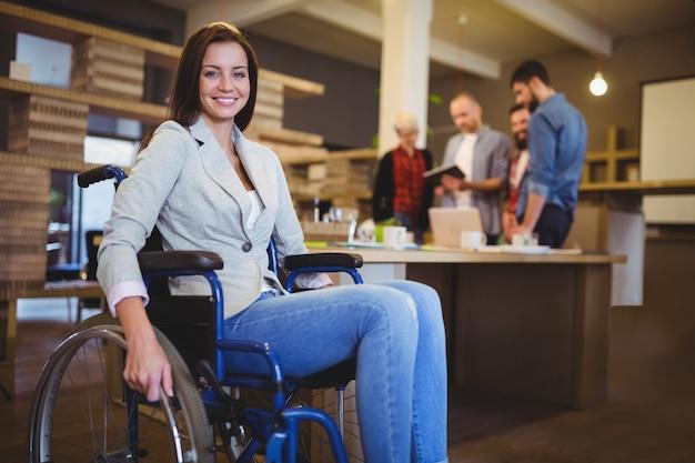 Mulher de negócios deficiente segura pela mesa