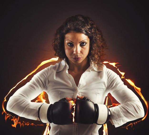 Mulher de negócios determinada e confiante com luvas de boxe
