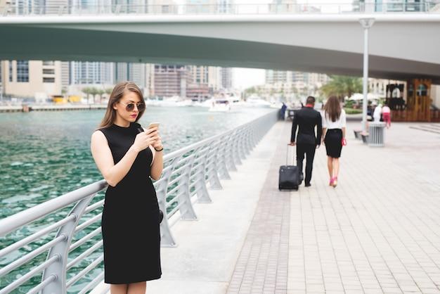 Mulher de negócios, digitando no telefone inteligente, conceito do negócio.