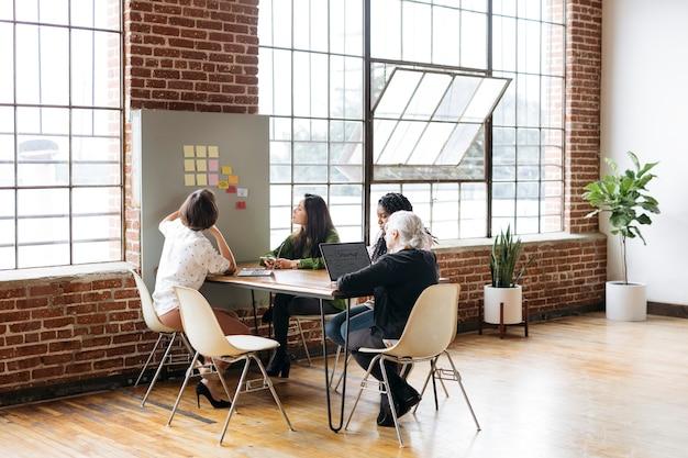 Mulher de negócios diversificada feliz pensando em ideias