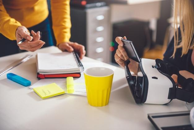 Mulher de negócios dois trabalhando juntos no escritório