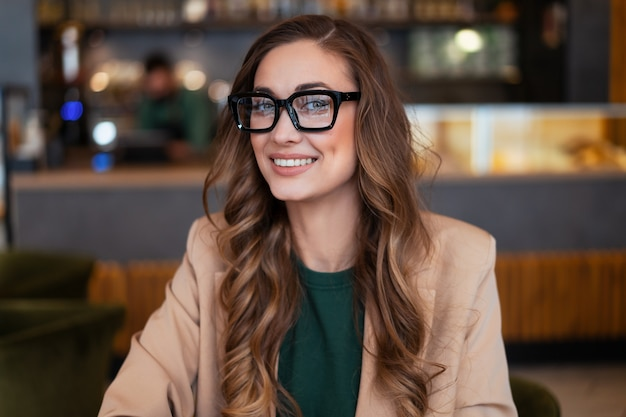 Mulher de negócios dona de restaurante vestida de calça elegante elegante em restaurante com balcão de bar. caucasiana mulher óculos pessoa de negócios interna