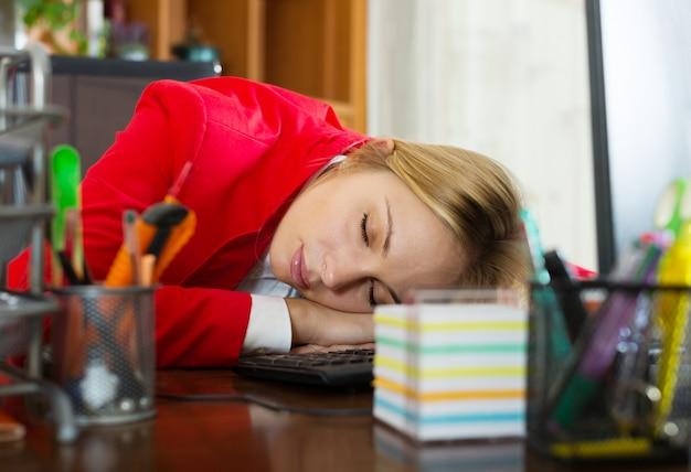 Mulher de negócios dormindo no trabalho