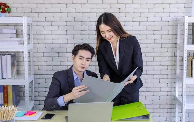Mulher de negócios e empresário parceiros com laptop