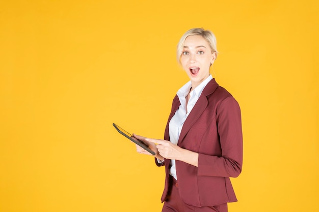 Mulher de negócios é surpreendente em amarelo studio