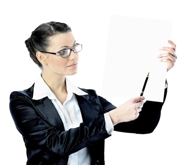 Mulher de negócios elegante de óculos com uma bandeira branca isolada em um fundo branco