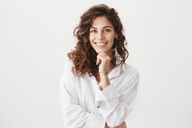 Mulher de negócios elegante e confiante sorrindo