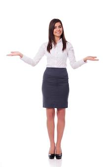 Mulher de negócios elegante fazendo gesto de boas-vindas