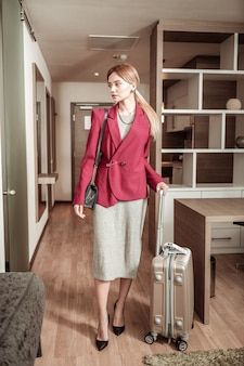 Mulher de negócios elegante. mulher de negócios elegante e esguia em uma viagem de negócios importante chegando ao quarto de hotel