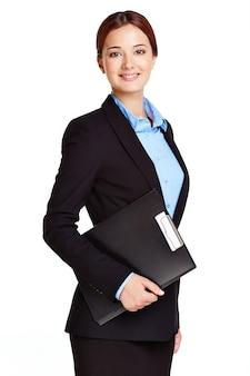 Mulher de negócios elegante que prende uma prancheta