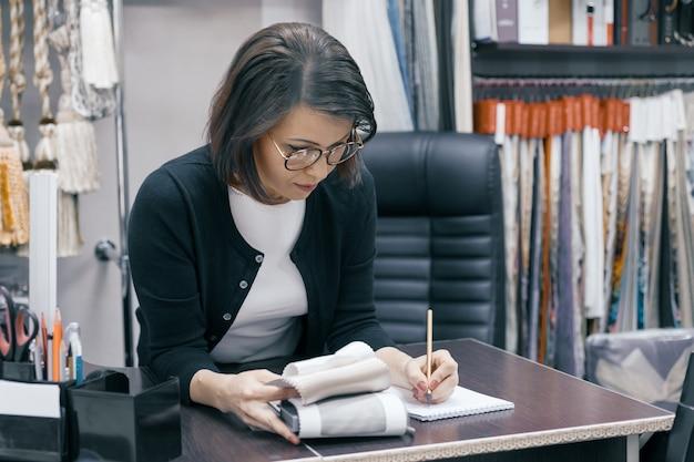 Mulher de negócios em copos trabalhando no escritório