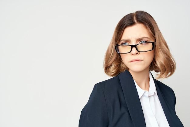 Mulher de negócios em documentos de jaqueta preta trabalhar fundo isolado