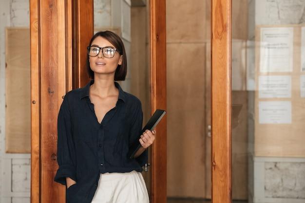 Mulher de negócios em óculos com pasta na mão