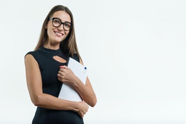 Mulher de negócios em óculos preto vestido segurando o documento