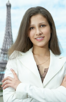 Mulher de negócios em paris na torre eiffel