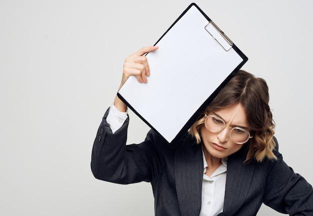 Mulher de negócios em pasta de terno para papéis folha em branco cópia espaço