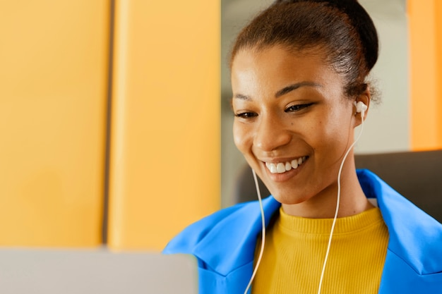 Mulher de negócios em reunião online
