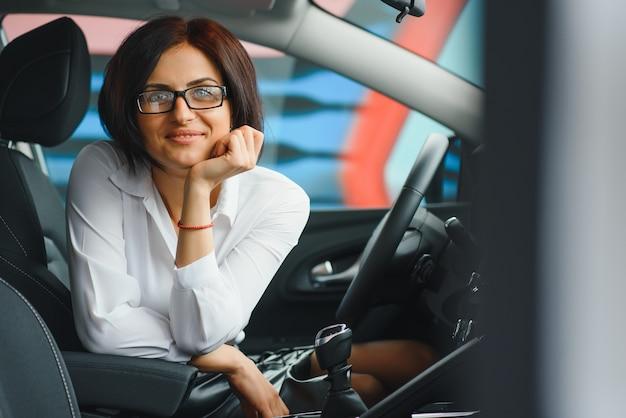 Mulher de negócios em seu novo carro