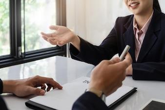 Mulher de negócios em terno está sorrindo e resposta da pergunta