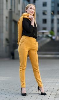 Mulher de negócios em terno profissional posando ao ar livre