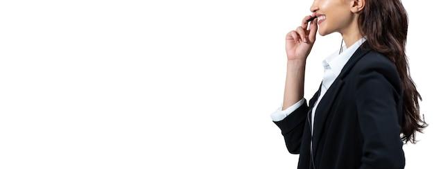 Mulher de negócios em ternos e fones de ouvido está sorrindo enquanto trabalhava isolado em fundo branco.