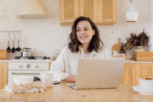 Mulher de negócios em um chat de vídeo em um laptop remoto, trabalhando ou estudando em casa
