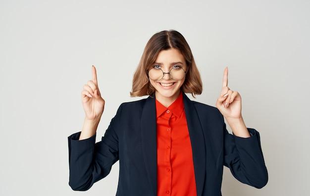 Mulher de negócios em um terno azul clássico e gestos de camisa vermelha