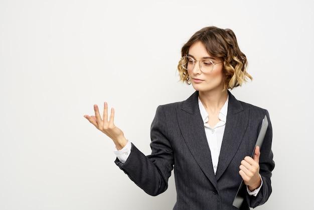 Mulher de negócios em um terno e óculos posando