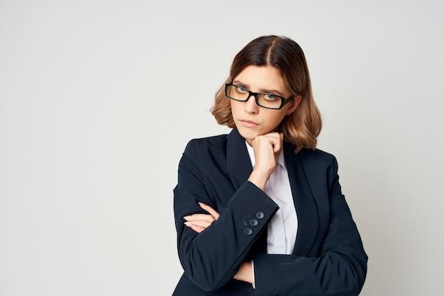 Mulher de negócios em um terno preto oficial de emprego de autoconfiança