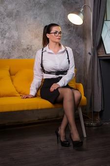 Mulher de negócios em uma blusa branca