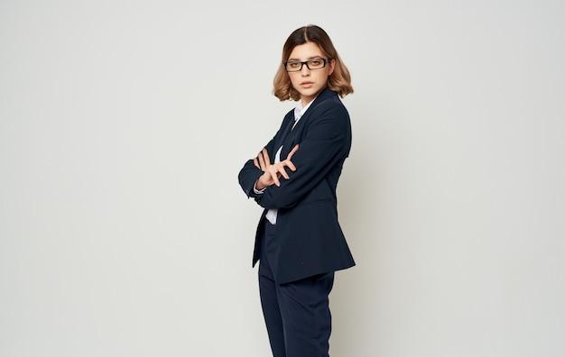Mulher de negócios em uma jaqueta azul e calças em um fundo claro
